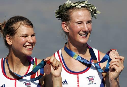 资料图片-英国女子赛艇运动员温克里斯和拉维里克