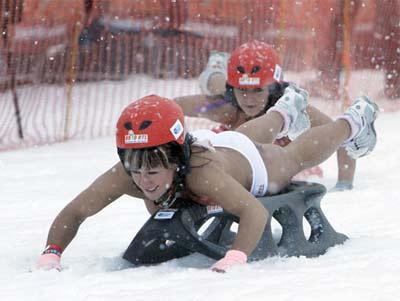 德国小镇举行雪地裸体滑行赛墨镜美女翩翩来(图)