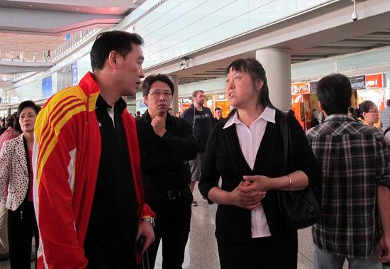 周建安(左)与张蓉芳交谈。