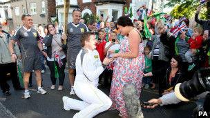 大卫传递途中向女友克里斯蒂下跪求婚