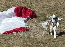 奇人3.9万米跳伞超音速落地坦言:活着回来已不易