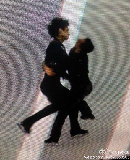 宋楠(左)与美国选手相撞瞬间,图片来源:@CNTV冰雪 微博