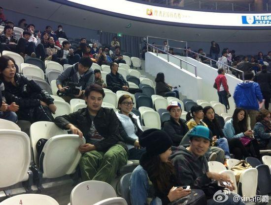 张丹(中间白衣)坐在看台上