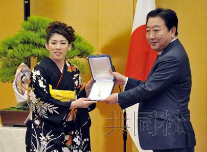 日本摔跤名将吉田沙保里被授予国民荣誉奖。