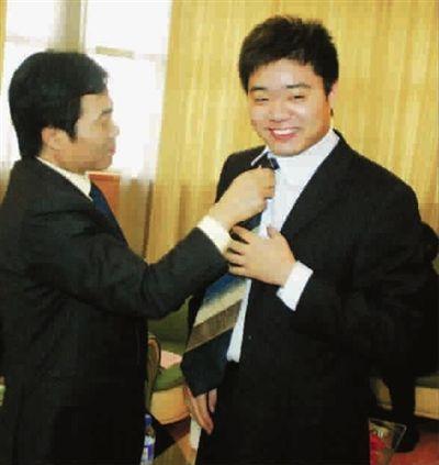 老丁给儿子整整领带(资料图)