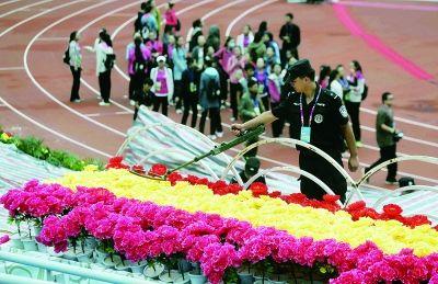 看台上的装饰花都是租来的绢花