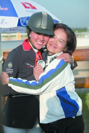 获得银牌的赖桢敏与妈妈吴夏萍(右)兴奋地拥抱在一起。