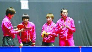 中国女乒玫红色的长袖运动服格外抢眼。 特派记者 杨敏 摄
