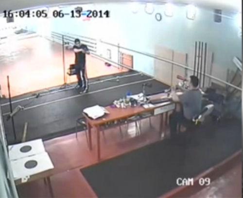 俄罗斯少年射击训练时误杀教练酿惨剧(视频截图)