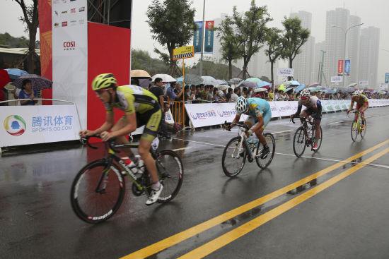 参赛选手通过第一圈终点