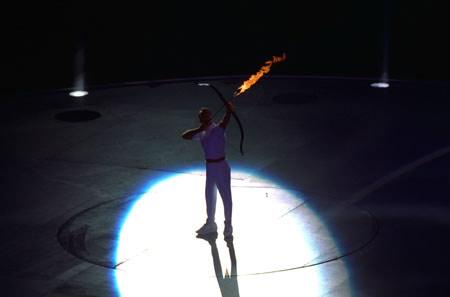 图文-第25届奥运会开幕式 神箭手点燃奥运圣火