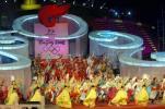 图文-奥运火炬发布晚会现场 艳丽的民族服装