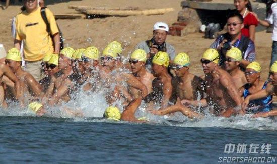 图文-北戴河铁人三项赛开赛 选手们一起冲入大海
