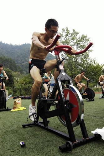 图文-奥运舵手总决赛第一集郝彤途率先完成跑步