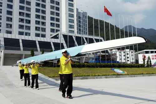 图文-奥运舵手总决赛第二集将赛艇抬出浆库