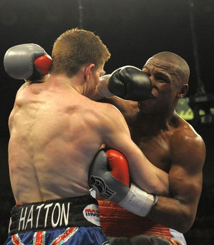 图文-拳坛世纪之战梅威瑟胜哈顿各自击中对方要害