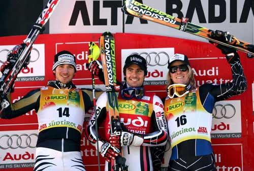 图文-高山滑雪男子回转意大利站高举手中的滑雪板