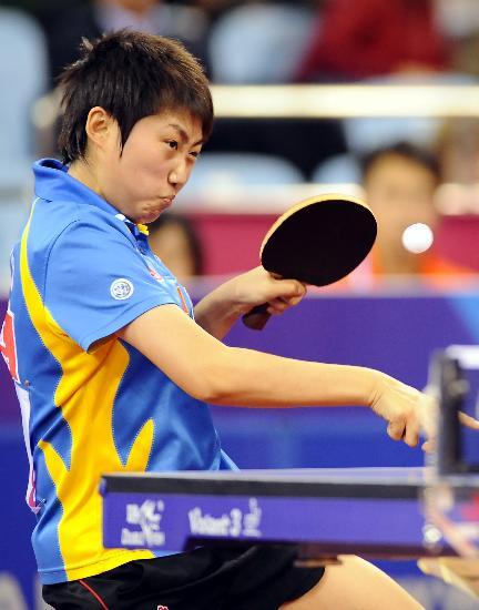 图文-国际乒联总决赛女单决赛郭跃对攻中稍显吃力