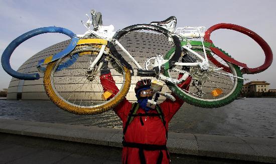 图文-孟杰骑五环车宣传北京奥运 国家大剧院前留影
