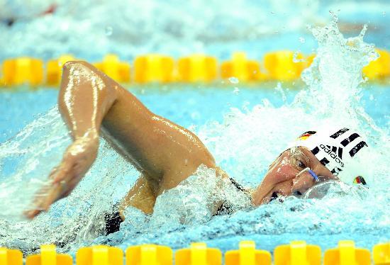 图文-中国游泳公开赛2日赛况 卢尔茨水中奋力冲刺