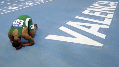 图文-田径室内世锦赛男子60米决赛法苏巴跪地祈祷