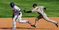 图文-MLB中国赛首场教士3-3道奇和对手比拼速度