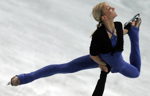 图文-花滑世锦赛选手赛前训练萨维琴科倾情投入