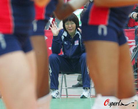 图文-对抗赛天津女排完胜郎家军 郎指导认真观战