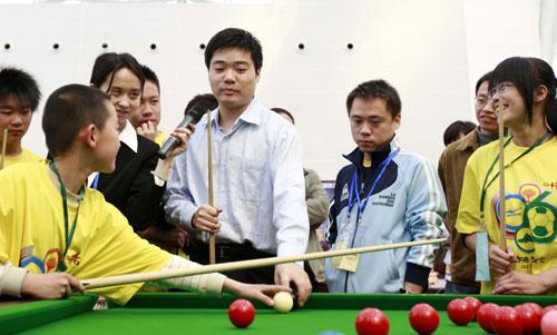 图文-斯诺克中国赛丁俊晖见面会与小球迷切磋球艺