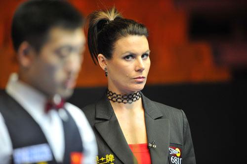 图文-斯诺克中国赛美女裁判掠影美艳气质愈发动人