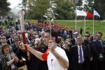 图文-奥运圣火在奥林匹亚点燃 希腊火炬手表情坚毅