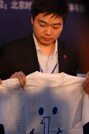 图文-众星闪耀斯诺克中国公开赛小晖展示壹基金T恤