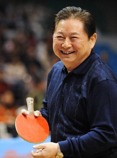 图文-中国乒坛名宿举行趣味表演赛徐寅生开怀一笑