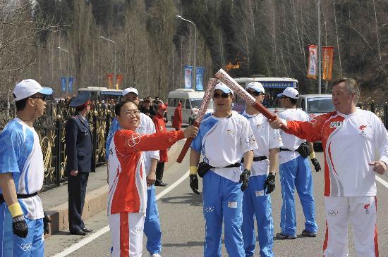 图文-奥运圣火在阿拉木图传递 华裔火炬手交接棒