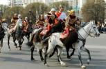 图文-阿拉木图民众迎圣火 马背上圣火开始环球之旅