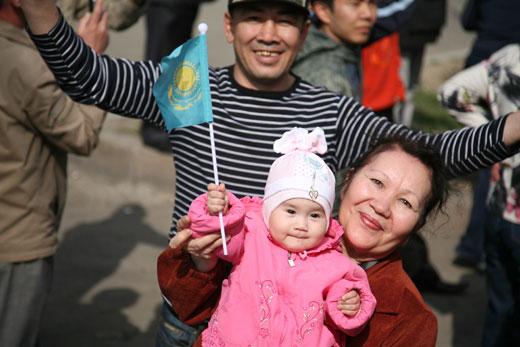 图文-奥运会圣火阿拉木图传递 当地群众路边欢庆