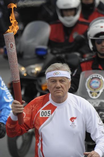 图文-奥运圣火在伊斯坦布尔传递 老人打扮挺时髦