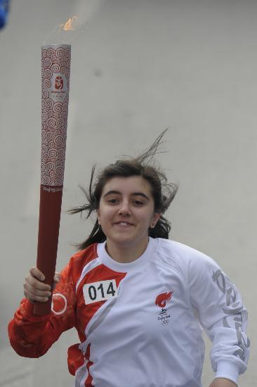图文-奥运圣火在伊斯坦布尔传递 手持火炬奔向前方