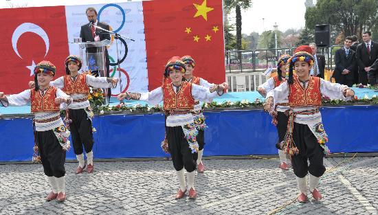 图文-奥运圣火在伊斯坦布尔传递 当地小学生载歌载舞