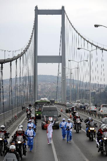 图文-北京奥运会圣火在土耳其传递 孙国祥大使传递
