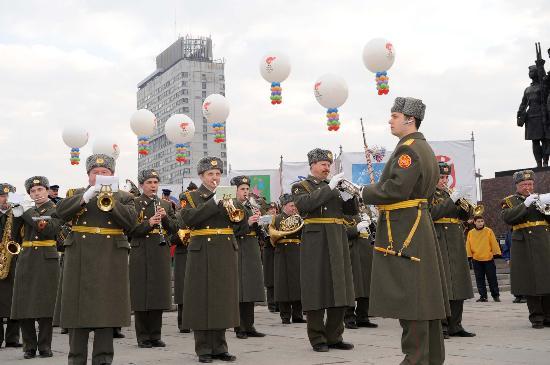 图文-奥运圣火圣彼得堡传递 俄军乐队演奏助阵