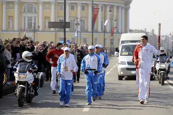 图文-北京奥运圣火在圣彼得堡传递 波波夫难掩兴奋