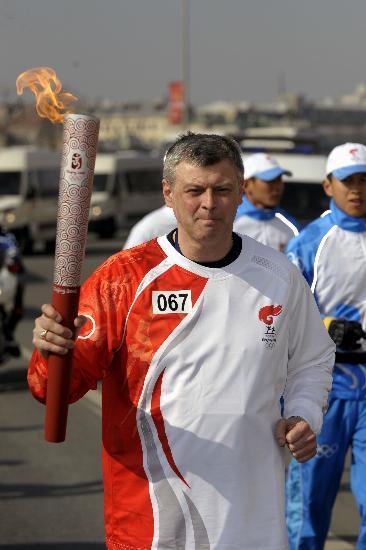 图文-奥运圣火传递在圣彼得堡举行 冷静完成传递