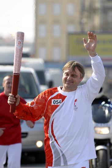 图文-北京奥运圣火传递在圣彼得堡举行 微笑致意