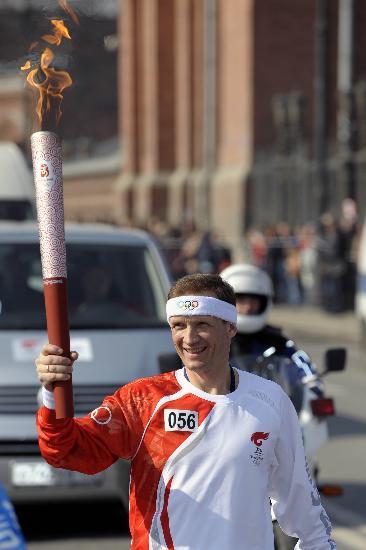 图文-奥运圣火传递在圣彼得堡举行 骄傲跑在路上