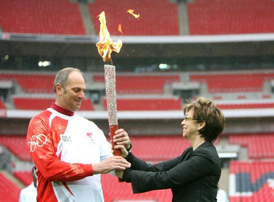 图文-奥运圣火在伦敦传递 第一棒火炬手接过火炬