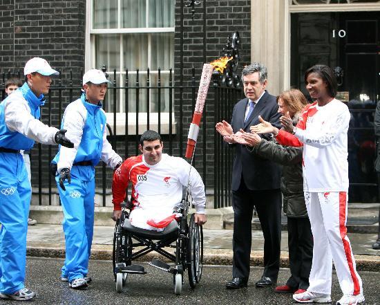 图文-奥运圣火在伦敦传递 布朗率众欢送35棒火炬手