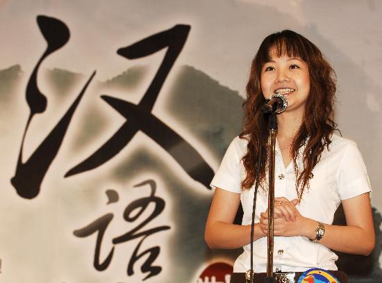 图文-曼谷汉语大赛讲述奥运情节 泰国美女端庄大方