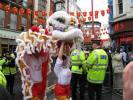 图文-北京奥运圣火在伦敦传递 华人舞狮表演