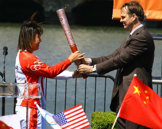 图文-北京奥运圣火在旧金山传递 林莉接过火炬